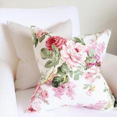 """2,096 """"Μου αρέσει!"""", 24 σχόλια - This Is Glamorous (@thisisglamorous) στο Instagram: """"Happy Weekend! & a shop update: the most romantic Vintage Sanderson Chintz cushion covers are now…"""""""
