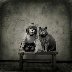 La petite fille et le chat   –  photographe Andy Prokh