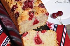Moist, fluffy, super tall, flavor rich and easy strawberry muffins with ample of chocolate chips and sparkling crunchy tops! Köstliche Desserts, Best Dessert Recipes, Fall Recipes, Delicious Desserts, Yummy Food, Yummy Recipes, Cranberry Cheesecake, Cranberry Bread, Cheesecake Recipes