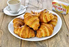 Croissante cu unt – reteta video via Croissants, Chef Recipes, Snack Recipes, Dessert Recipes, Cooking Recipes, Romanian Desserts, Romanian Food, Churros, French Croissant