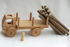 """Caminhão do brinquedo carro de brinquedo Waldorf de madeira de madeira sólida por BERTYandMASHA  10 """"(26 centímetros) de comprimento, 6"""" (15 centímetros) de altura e 3,5 """"(9 centímetros) de largura. BRL 206.47"""