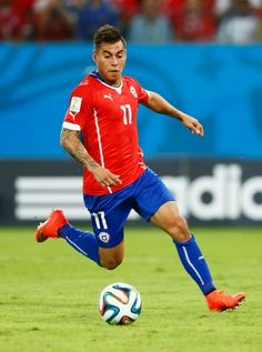 Eduardo Vargas Photos - Eduardo Vargas of Chile in action during the 2014 FIFA World Cup Brazil Group B match between Chile and Australia at Arena Pantanal on June 2014 in Cuiaba, Brazil. - Chile v Australia: Group B Good Soccer Players, Football Players, All Star, V Australia, Fifa World Cup, Hot Guys, Running, Action, Ideas
