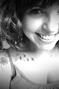 'Um sorriso vale mais que mil palavras... mas uma única palavra pode acabar com mil sorrisos.' Sweet Tattoos, Est, Tattos, Beautiful People, Piercings, Cool Style, Smile, Princess, Random