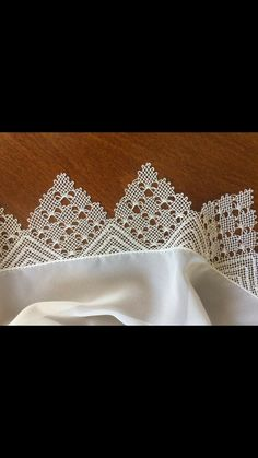 This Pin was discovered by İfa Needle Lace, Bobbin Lace, Crochet Dress Girl, Teneriffe, Crochet Butterfly, Lace Collar, Lace Making, Tatting, Knots
