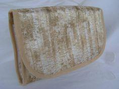 Necessaire feita em tecido acetinado dublado e fechamento com botão de pressão. Ideal para ser levada na mala ou na bolsa, também pode ser usada como porta maquiagem ou porta trecos.
