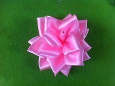 DIY Flor completa da fita do cetim de Rosa Esta bela flor é composta de 4 flores total. Este tutorial irá mostrar como fazer esta linda rosa.     Materiais  fita cola quente e pistola de cola quente tesoura fio agulha