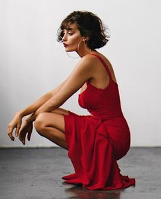 Do you wanna get this curly pixie haircut of Taylor LaShae? This short curly haircuts have curly bangs. Save this short curly hair pixie, short curly hair naturally. Short haircut with Red slip dress + big hoop earrings Red Slip Dress, The Dress, Short Hair Cuts, Short Hair Styles, Taylor Lashae, Neue Outfits, Glamour, Night Gown, Malta