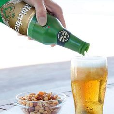 With just the press of a button, the Beer Foam Maker will add the perfect amount of froth to your boozy beverage! Allume Gaz, Mousse, Bpa Frei, E 500, Unique Gadgets, Great Inventions, Bbq Party, Beer Brewing, The Originals