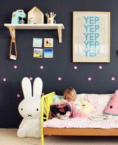 Num primeiro momento pode parecer estranho, mas cores escuras no quartinho infantil pode ficar bastante moderno e divertido. As cores claras dos objetos se destacam no fundo escuro, criando um ambi…