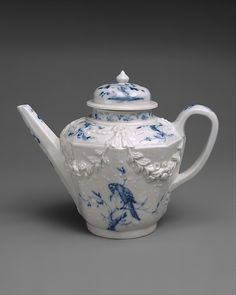 Vezzi Factory blue and white hard-paste porcelain teapot, 1720-27, Venice, Italy / The Metropolitan Museum of Art, NYC, NY, USA