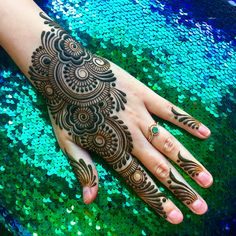 We have Arabic new mehndi designs plane for you. The simple Arabian mehndi design is for beginners. It will also look trend ever. Henna Hand Designs, Mehndi Designs Finger, Simple Arabic Mehndi Designs, Modern Mehndi Designs, Mehndi Design Pictures, Mehndi Designs For Fingers, Beautiful Mehndi Design, Henna Tattoo Designs, Mehndi Images