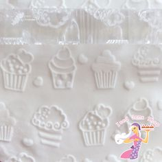 A clear acrylic rolling pin with cupcake pattern, perfect for use with fondant for cupcakes and cakes. Size: 16cm Length