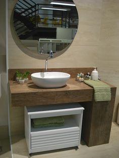 Maravilhoso Bancada de porcelanato imitando madeira, cuba branca oval, móvel branco, parede bege