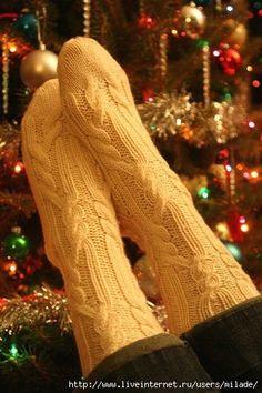 Со схемой Knitted Socks Free Pattern, Crochet Socks, Knitting Socks, Knitting Needles, Crochet Clothes, Hand Knitting, Knit Crochet, Sock Toys, Cozy Socks