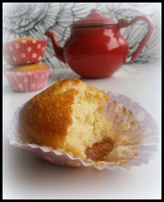 Hetken mielijohteesta rupesin eilen leipomaan muffineita. Olihan minulla uusia ihania paperivuokiakin!   Tämä on näppärä ohje jossa sekoite...