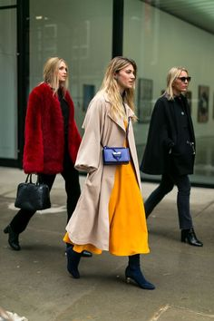 Der beste Street Style der New York Fashion Week – HarpersBA … - Mode Trends Street Style 2017, Street Style Trends, Looks Chic, Looks Style, Cool Street Fashion, Street Chic, Nyfw Street, Street Wear, New Yorker Mode