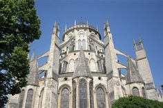 Majestueuse, la cathédrale Saint-Etienne domine la ville et impressionne par ses volumes et son architecture. Véritable vaisseau de pierres, c'est l'une des plus grandes cathédrales gothiques de France et un lieu incontournable qui fait aujourd'hui la renommée de Bourges. Elle est classée au patrimoine mondial de l'humanité depuis 1992.