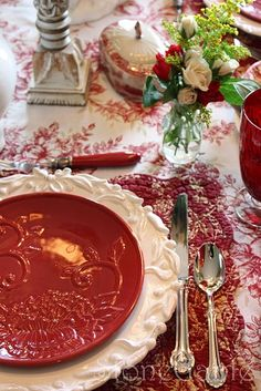 Red & white table with toile tablecloth, I love the red plates on the white plates! Love the toile! Red Cottage, Beautiful Table Settings, Country French, Christmas Tablescapes, Christmas Tabletop, Red Kitchen, Deco Table, French Decor, Decoration Table