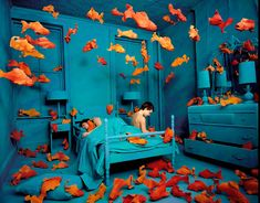 Decades before Photoshop was available, American artist Sandy Skoglund started creating surrealist images by building incredibly elaborate sets, a process which took months to complete. Sandy Skoglund, Bühnen Design, Grid Design, Atelier Photo, Art Environnemental, Tableaux Vivants, Instalation Art, Monochromatic Color Scheme, Photo D Art