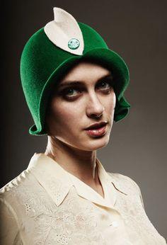 Девушка в шляпке-клош. Клош (англ. Cloche hat, от фр. Cloche – «колокольчик»). разработана французским дизайнером Каролин Ребу в 20-х годах ХХ века, была популярна в 20-х, 30-х, 80-х годах ХХ века.