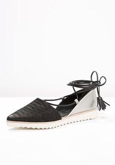 Diese Ballerinas sind eine Offenbarung! Kennel + Schmenger ONO - Riemchenballerina - schwarz/ivory für 199,95 € (18.04.16) versandkostenfrei bei Zalando bestellen.