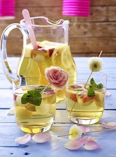 Our popular recipe for white sangria and more than other free recipes on LECKER. Our popular recipe for white sangria and more than other free recipes on LECKER. Easy Smoothie Recipes, Sangria Recipes, Smoothie Bol, Smoothies, Summer Cocktails, Cocktail Drinks, Water Recipes, Non Alcoholic Drinks, Slushies