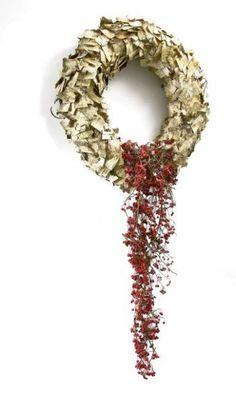 Stroiki i wianki bożonarodzeniowe. Formę pierścienia oklejono kawałkami kory brzozowej. Dekoracyjny