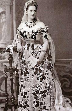 La historia de estas esmeraldas comienza con la llegada a Grecia de la esposa del Rey Jorge I de Grecia, la Gran Duquesa Olga Constantinova de Rusia, nieta del Zar Nicolás I, quien llevaba entre su dote una buena colección de joyas y piedras preciosas, y entre ellas, las famosas esmeraldas.