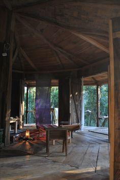 Interior del loft, luz del atardecer sobre los objetos y las telas que cuelgan las traje de la casa que tenia en India
