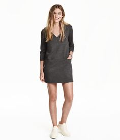 Short, straight-cut V-neck dress in thick jersey with 3/4-length sleeves and pockets at front. Half-lined.