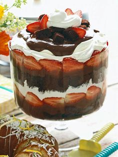 chocolate strawberry shortcake You decide. Is this luscious chocolate dessert a shortcake or a trifle? To make it, layer chocolate cake with chocolate pudding and strawberries in a bowl and top with whipped cream. Trifle Desserts, Just Desserts, Delicious Desserts, Yummy Food, Cheesecake Trifle, Brownie Trifle, Dessert Healthy, Fruit Dessert, Chocolate Pudding