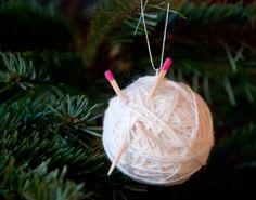pludrehannes verden: Julekule til den strikkeglade Dandelion, Christmas Ornaments, Holiday Decor, Flowers, Plants, Diy, Home Decor, Art, Do It Yourself