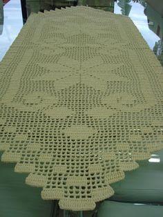 Caminho de mesa em barbante. Com um barbante mais grosso pode ser um lindo tapete também.