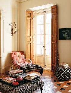 Carolina Herrera Báez's country home in Cáceres, Spain has long been a favorite so I was naturally thrilled to stumble upon these images from Architectural Digest's Spain edition. Carolina Herrera, Madrid Apartment, Apartment Interior, Apartment Ideas, Living Room Decor Country, Home Modern, Interior Shutters, Window Shutters, Interior Decorating