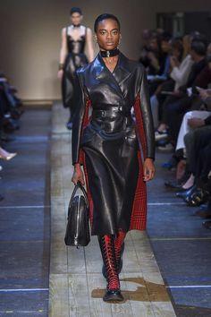 Alexander McQueen Fall-Winter 2019, Womenswear - Fashion Week (#34126) USA Moda Streetwear, Streetwear Fashion, Couture Fashion, Runway Fashion, Fashion Outfits, Fashion Ideas, Fashion Design, Trench Coats, Business Fashion