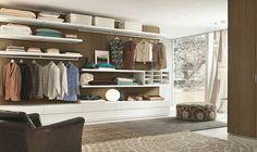dormitorio amplio con armario organizado