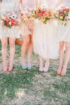 Vestidos para damas-de-honor em tons pastel. #casamento #damasdehonor #madrinhas #cores #pastel #sapatos