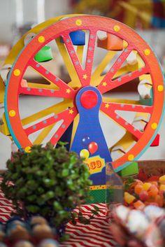 Roda Gigante com docinhos, decoração de mesa da Festa Bailarina e Palhaço…