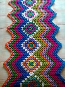 2 mhzz 1 : A wicked mix of the granny square pattern and zig zag/chevron pattern. I Must try this some time soon! Very creative… i love this! Crochet Granny Square Afghan, Crochet Ripple, Crochet Afgans, Crochet Motif, Crochet Yarn, Crochet Stitches, Square Blanket, Granny Squares, Modern Crochet Patterns