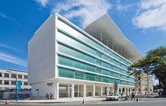 MAR - RIO DE JANEIRO A cobertura une simbolicamente as duas edificações (escola e museu), que, assim, conquistam protagonismo em meio à mutação em curso na região portuária