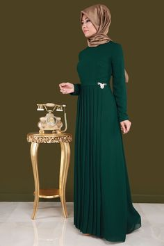 Dressy Dresses, Modest Dresses, Simple Dresses, Abaya Fashion, Muslim Fashion, Fashion Dresses, Model Baju Hijab, Bridal Hijab Styles, Retro Fashion Mens