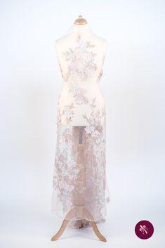 Dantelă roz piersică pe bază din tulle elastic de aceeași nuanță. Dantelă cu design floral realizat cu fire lucioase în nuanțe de roz, verde și crem, accesorizată cu strasuri cu reflexie multicoloră. Modelul dantelei este dispus în coloane repetitive, fără borduri, și este completat de flori 3D brodate. Dantela se poate utiliza pentru crearea rochiilor de ocazie. High Low, Dresses, Fashion, Vestidos, Moda, Fashion Styles, Dress, Fashion Illustrations, Gown