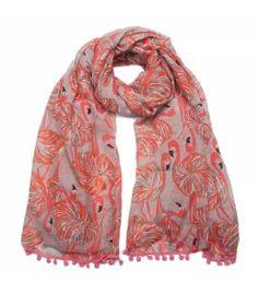 Roze sjaal met flamingo print en balletjes aan de uiteinden van de sjaal.