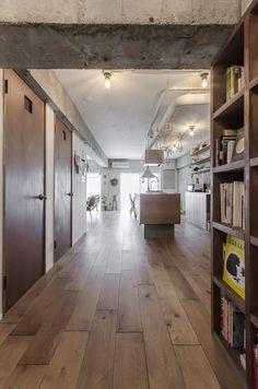 玄関からの眺め。床はオークの無垢材を乱尺貼り。 Hardwood Floors, Flooring, Architect House, My Room, Solid Wood, Living Room Decor, House Design, Architecture, Loft