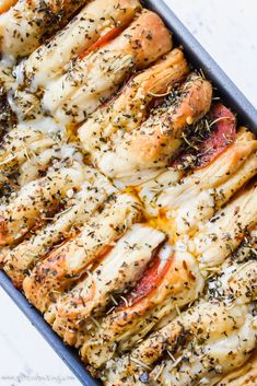 Easy Cheesy Pizza Pull Apart Bread Canned biscuits are dressed up with pizza toppings for an easy, cheesy pull apart bread appetizer for a group! Pull Apart Pizza, Cheesy Pull Apart Bread, Cooking Bread, Cooking Recipes, Bakery Recipes, Yummy Recipes, Biscuit Pizza, Canned Biscuits, Pizza