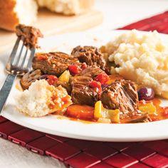 Les plats qui prennent le temps de mijoter, c'est magique! Composée de viande marinée, de légumes vitaminés et d'herbes aromatiques, cette recette de ragoût réchauffe l'âme autant qu'elle émoustille les papilles. Pour ralentir le tempo dès le retour du boulot, faites-la cuire à la mijoteuse.