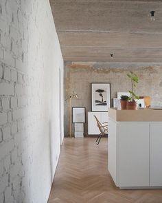 Tijolinhos pintados, madeira e concreto transparecem a magnificência da simplicidade. Para trazer um toque mais sofisticado, luminária de pé dourada.🔹Projeto Crosby Studio