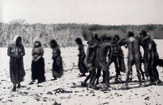 Juego ceremonial realizado durante la ceremonia del Hain. Selknam. Tierra del Fuego. Fotografía de Martín Gusinde. 1919-1923