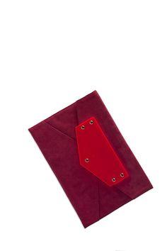 Modello lettera in alcantara vino con inserto in plexi color fluo rosso! stupenda anche con inserto nero o blu!
