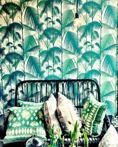 Beautiful green murals, it creates a tropical atmosphere in the room - Casas Bacanas - Le Petit Chouchou Deco Jungle, Estilo Tropical, Interior And Exterior, Interior Design, Kitchen Interior, Of Wallpaper, Pattern Wallpaper, Tropical Wallpaper, Unique Wallpaper